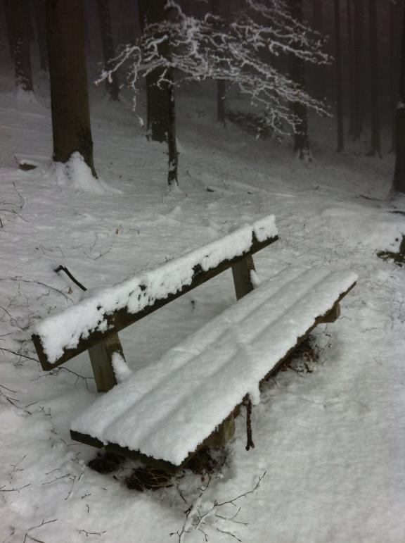Verschneites Bankerl am Stamperlweg