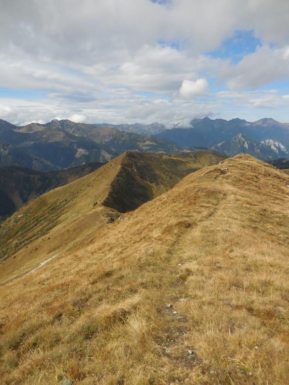 Der Gipfel des Himmelecks ist fast erreicht - Blick zurück zum Anstiegsweg (in der Bildmitte der Himmelkogel)